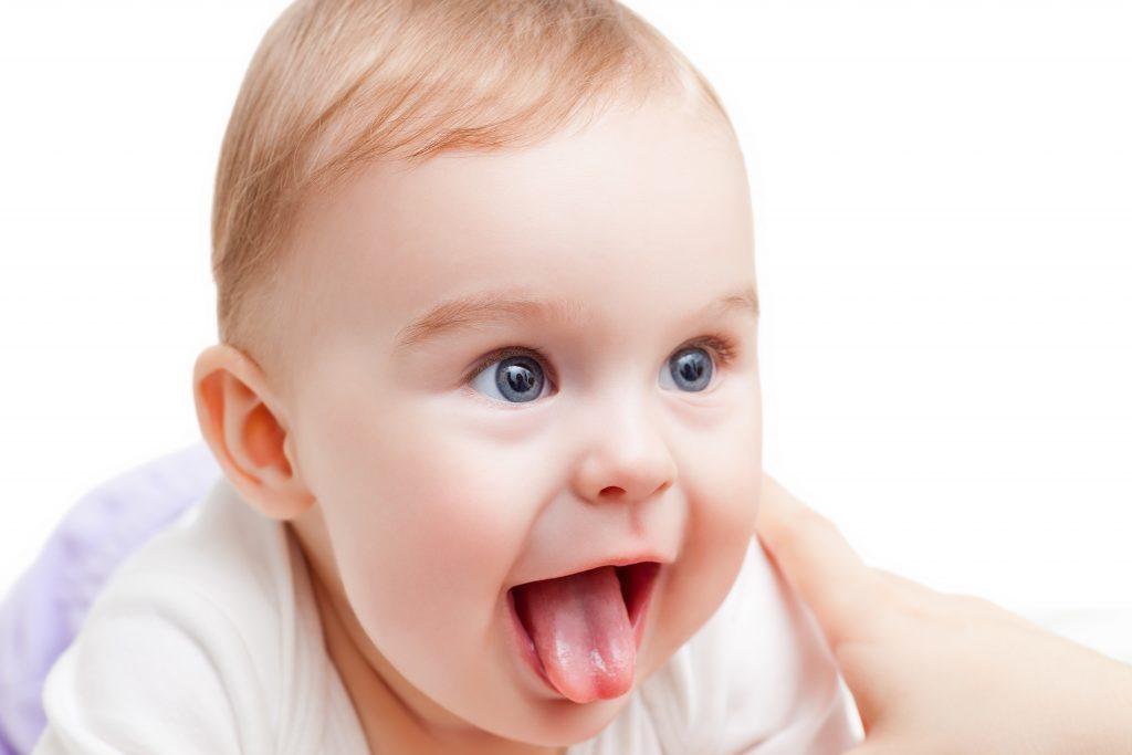 Baby med tydeligt stramt tungebånd og hjerteformet tunge