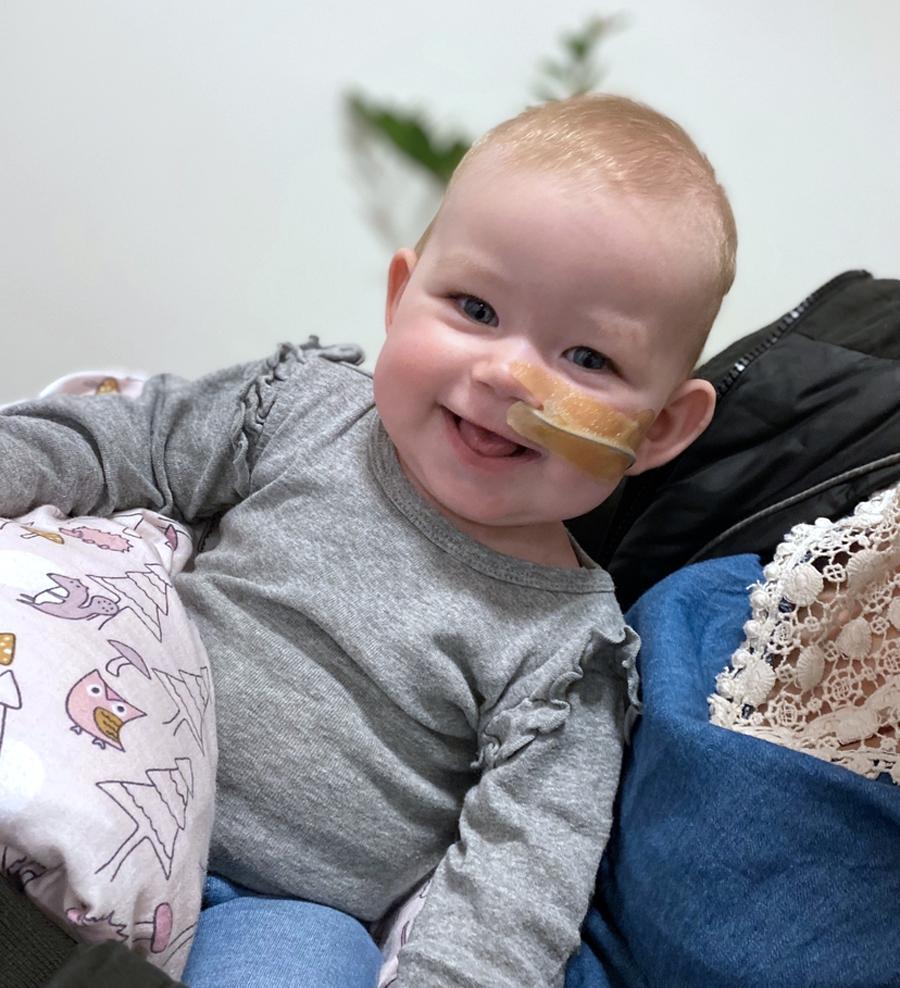 Leah i dag, 7 måneder gammel. Hun skal nu igennem kampen for at slippe af med sonden, men hun kaster ikke længere op, efter hun fik klippet tungebåndet i Holland.   Foto: Privat