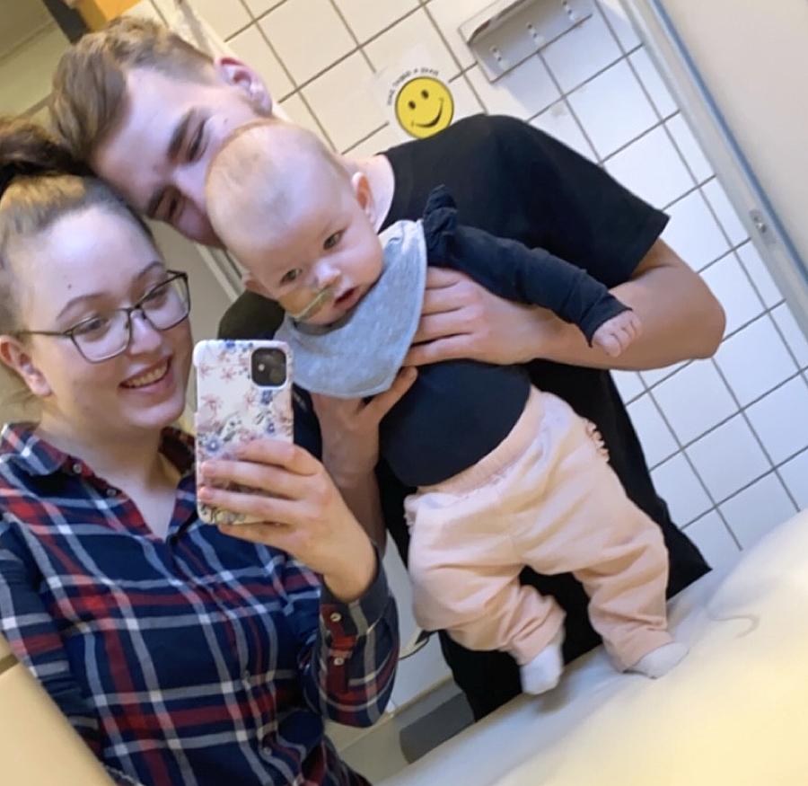Leah, mor (Stine) og far gik i månedsvis til kontrol på sygehuset hver 14. dag. Lægerne lavede en række undersøgelser, men kunne ikke forklare, hvorfor den lille pige blev ved at kaste op. Foto: Privat